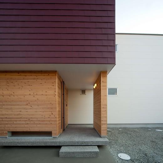 『シカクの家』家族の表情をつくりだす住まいの写真 杉板貼りの玄関ポーチ