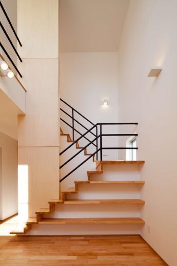 『シカクの家』家族の表情をつくりだす住まいの部屋 階段の一部を棚に利用