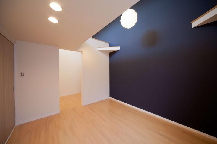 『シカクの家』家族の表情をつくりだす住まいの写真 ロフト付きの主寝室