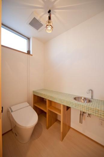 『シカクの家』家族の表情をつくりだす住まいの写真 モザイクタイルが可愛いトイレ空間