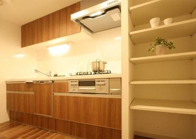 キッチン (収納豊富なプランで贅沢に暮らす)