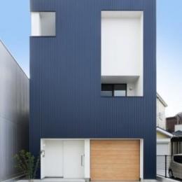『虹のある家』虹色の階段が家族をつなぐ住まい (ブルーの外観)