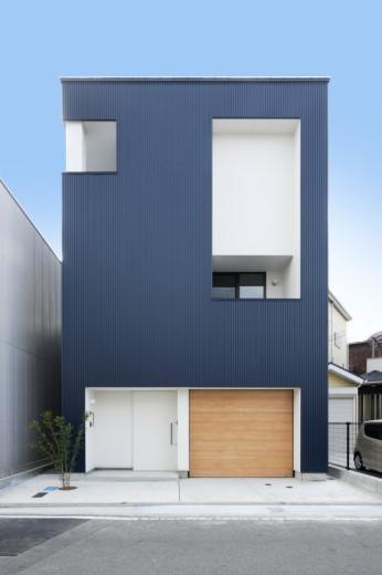 『虹のある家』虹色の階段が家族をつなぐ住まいの部屋 ブルーの外観