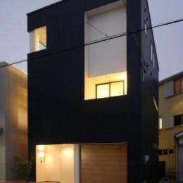 『虹のある家』虹色の階段が家族をつなぐ住まいの部屋 外観夜景