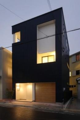 『虹のある家』虹色の階段が家族をつなぐ住まい (外観夜景)