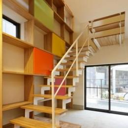 『虹のある家』虹色の階段が家族をつなぐ住まいの部屋 連続する階段とカラフルな棚
