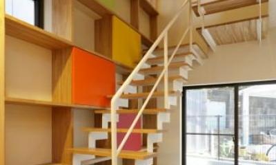 連続する階段とカラフルな棚|『虹のある家』虹色の階段が家族をつなぐ住まい