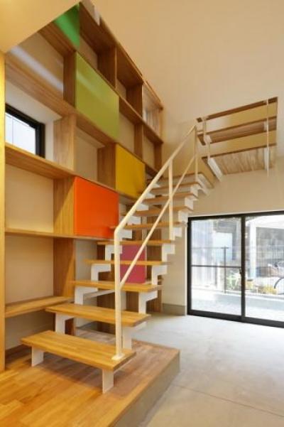 『虹のある家』虹色の階段が家族をつなぐ住まい (連続する階段とカラフルな棚)