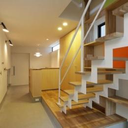 『虹のある家』虹色の階段が家族をつなぐ住まい (階段より玄関方向を見る)