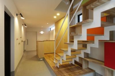 階段より玄関方向を見る (『虹のある家』虹色の階段が家族をつなぐ住まい)