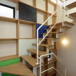 『虹のある家』虹色の階段が家族をつなぐ住まいの部屋 虹色の階段室