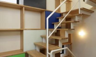 虹色の階段室|『虹のある家』虹色の階段が家族をつなぐ住まい