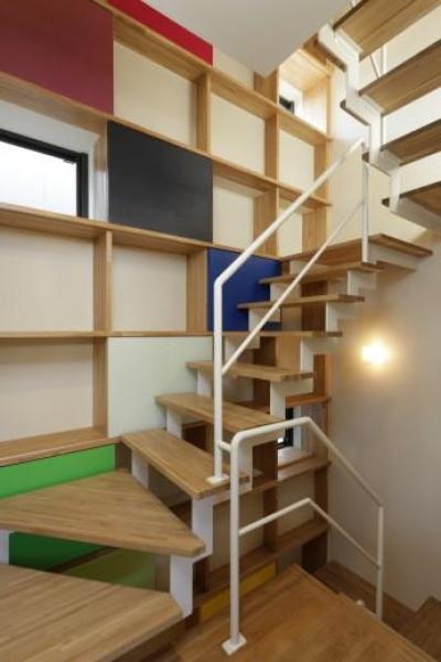 虹色の階段室 (『虹のある家』虹色の階段が家族をつなぐ住まい)