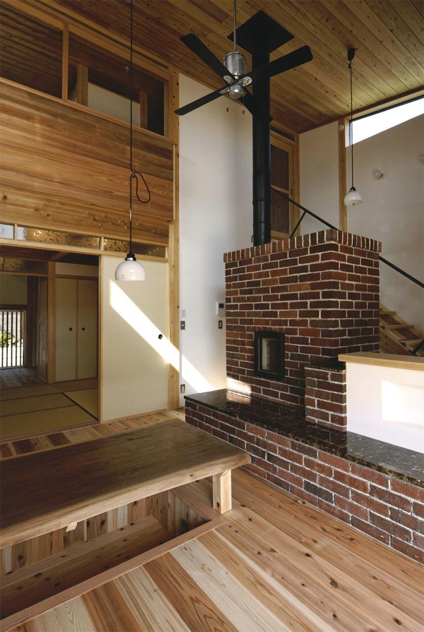 『der nostalgisch Bahnhof 』懐かしい駅舎のような住まいの部屋 レンガ積みの蓄熱式薪ストーブ
