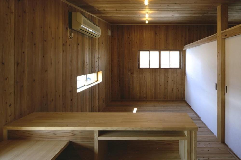 『der nostalgisch Bahnhof 』懐かしい駅舎のような住まい (木に囲まれた2階寝室)