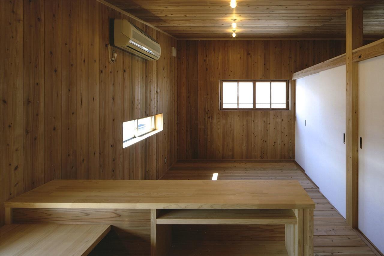 『der nostalgisch Bahnhof 』懐かしい駅舎のような住まいの部屋 木に囲まれた2階寝室