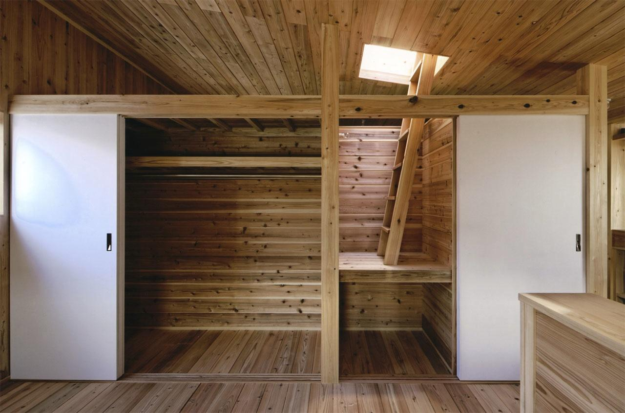 『der nostalgisch Bahnhof 』懐かしい駅舎のような住まいの部屋 寝室押し入れ・屋根月見台入口