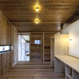『der nostalgisch Bahnhof 』懐かしい駅舎のような住まい (木に囲まれた2階子供部屋)