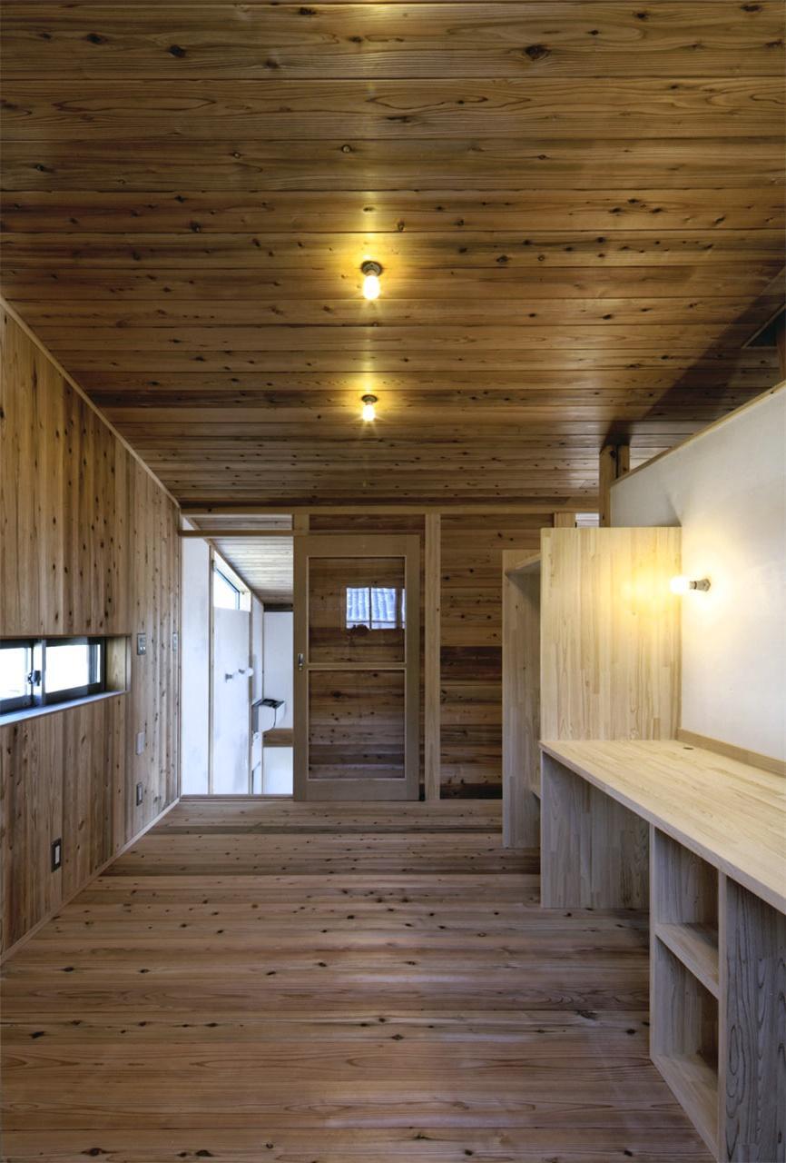 『der nostalgisch Bahnhof 』懐かしい駅舎のような住まいの部屋 木に囲まれた2階子供部屋