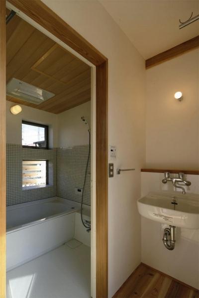 タイル張りの明るい浴室 (『der nostalgisch Bahnhof 』懐かしい駅舎のような住まい)