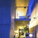 『subako』重厚感のあるコンクリート住宅の写真 夜の玄関アプローチ