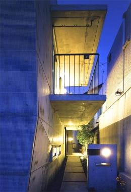 『subako』重厚感のあるコンクリート住宅 (夜の玄関アプローチ)
