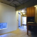 『subako』重厚感のあるコンクリート住宅の写真 玄関・フリースペース