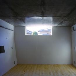 『subako』重厚感のあるコンクリート住宅 (高窓より光の差し込む子供部屋)