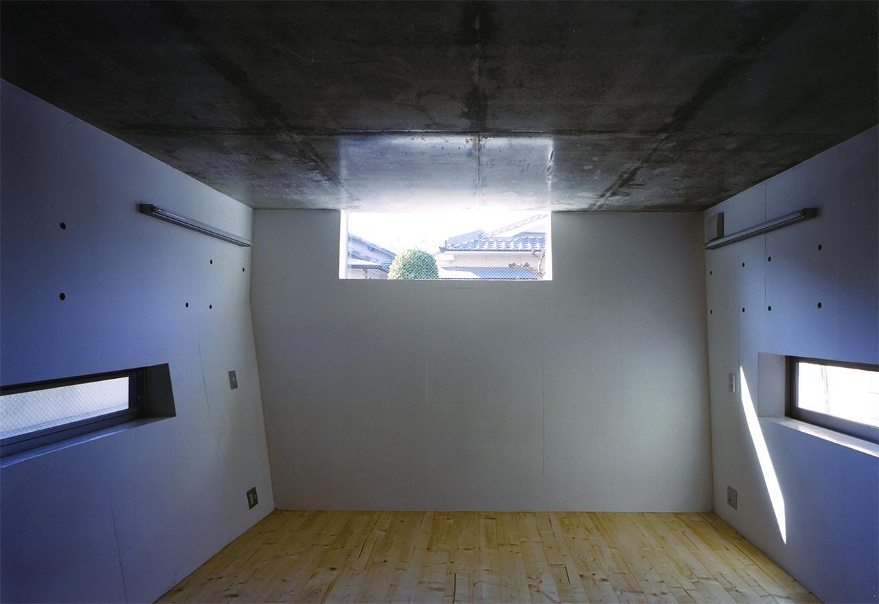 『subako』重厚感のあるコンクリート住宅の部屋 高窓より光の差し込む子供部屋