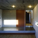 『subako』重厚感のあるコンクリート住宅の写真 子供部屋より玄関を見る