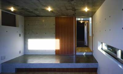 『subako』重厚感のあるコンクリート住宅 (子供部屋より玄関を見る)