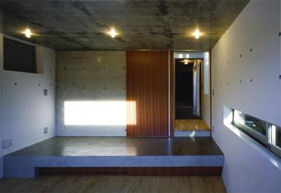 子供部屋より玄関を見る (『subako』重厚感のあるコンクリート住宅)
