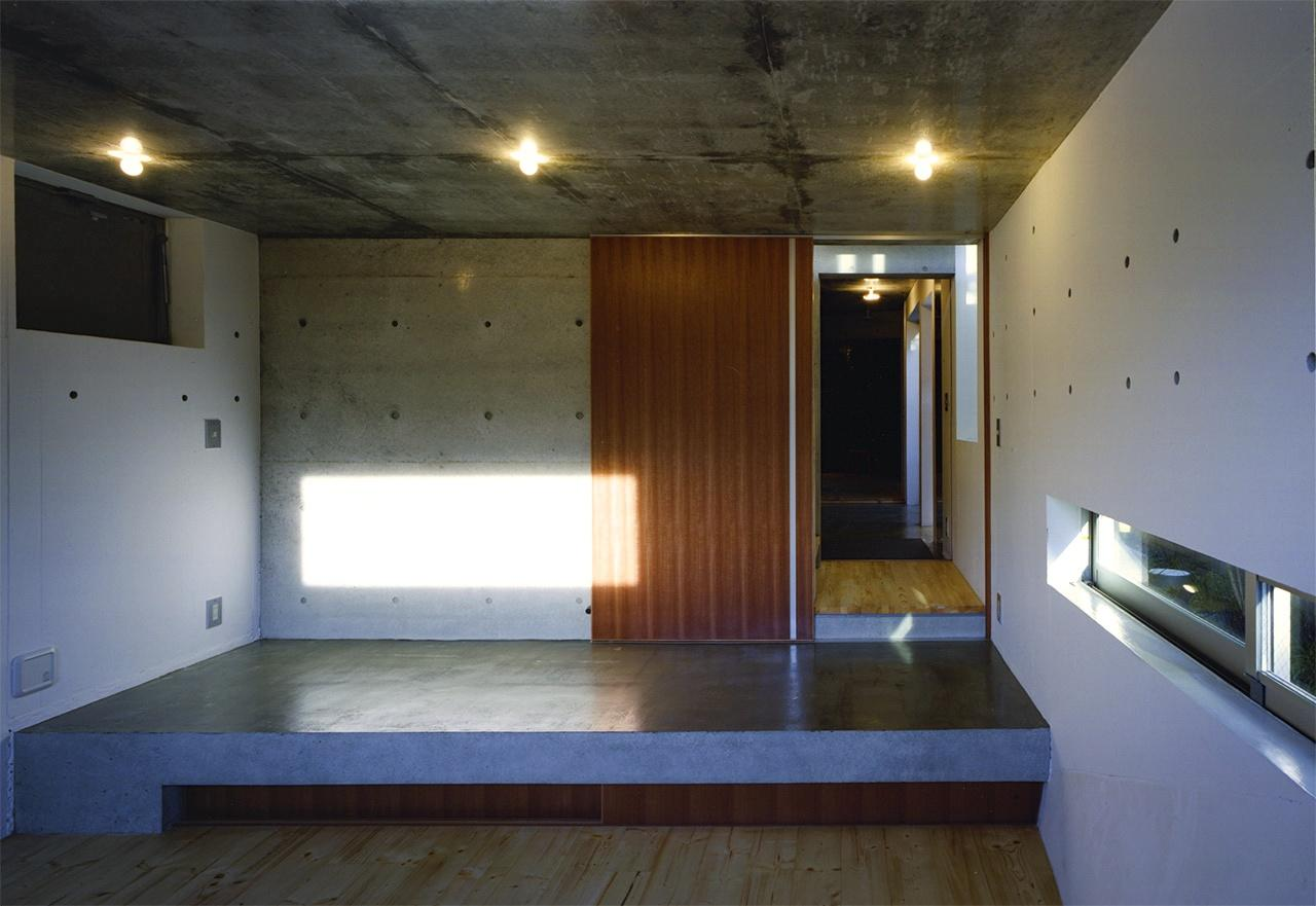 『subako』重厚感のあるコンクリート住宅の部屋 子供部屋より玄関を見る