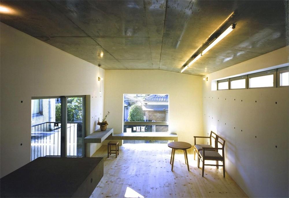 大きな窓のある明るいリビング (『subako』重厚感のあるコンクリート住宅)