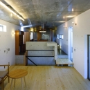『subako』重厚感のあるコンクリート住宅の写真 リビングよりダイニングキッチンを見る