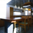 『subako』重厚感のあるコンクリート住宅の写真 重厚感のある木製ダイニングテーブル