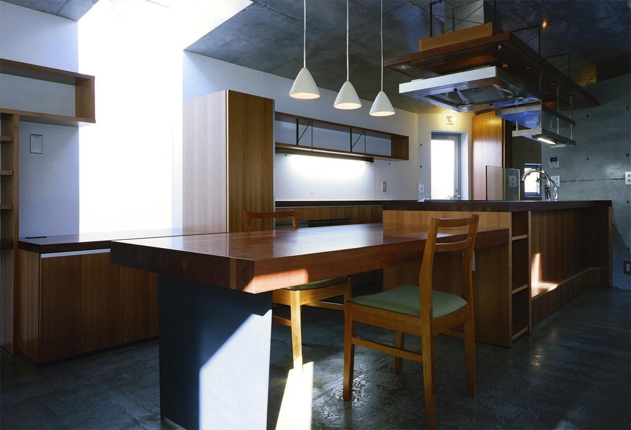 『subako』重厚感のあるコンクリート住宅の部屋 重厚感のある木製ダイニングテーブル