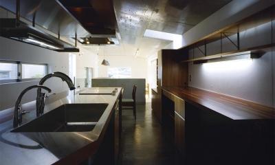 『subako』重厚感のあるコンクリート住宅 (大人シックなキッチン)