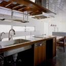 『subako』重厚感のあるコンクリート住宅の写真 シックなダイニングキッチン