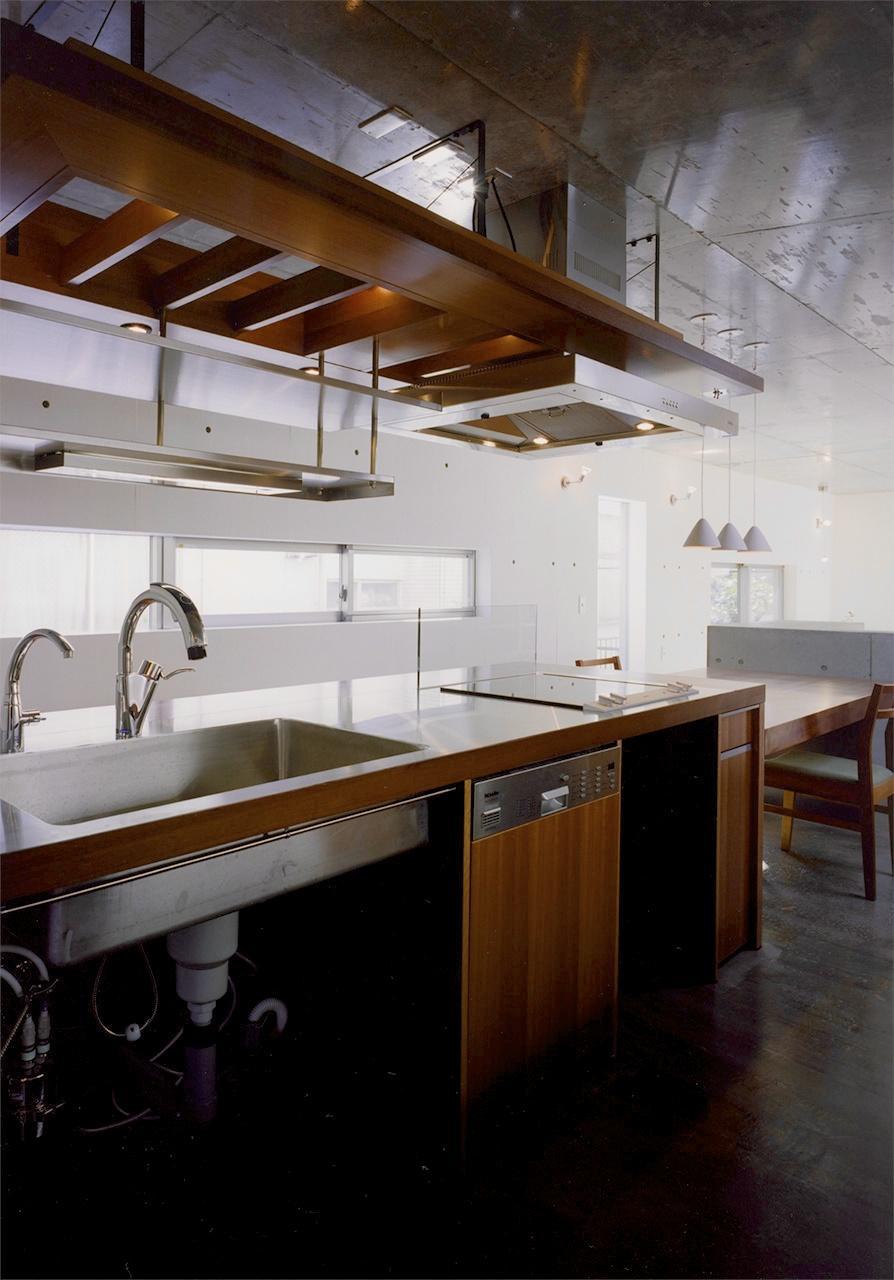 『subako』重厚感のあるコンクリート住宅 (シックなダイニングキッチン)