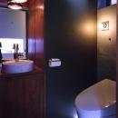 『subako』重厚感のあるコンクリート住宅の写真 シックな2階トイレ