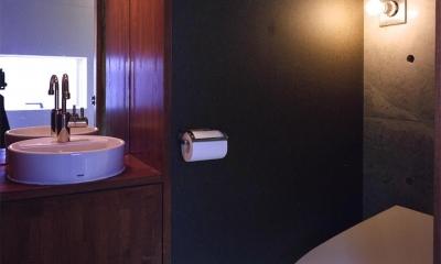 『subako』重厚感のあるコンクリート住宅 (シックな2階トイレ)