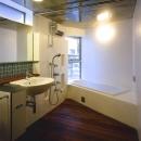 『subako』重厚感のあるコンクリート住宅の写真 板張りの床のバスルーム