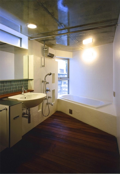 板張りの床のバスルーム (『subako』重厚感のあるコンクリート住宅)