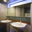 『subako』重厚感のあるコンクリート住宅の写真 2つのシンクが並ぶ洗面スペース