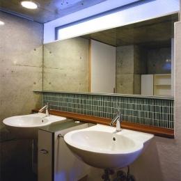 『subako』重厚感のあるコンクリート住宅 (2つのシンクが並ぶ洗面スペース)