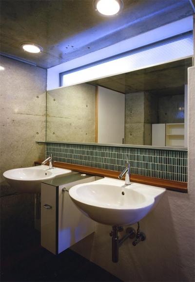 2つのシンクが並ぶ洗面スペース (『subako』重厚感のあるコンクリート住宅)