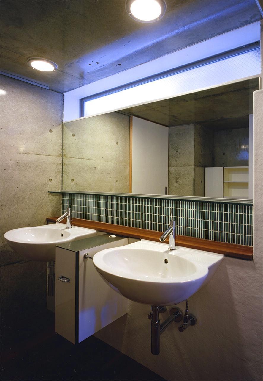 バス/トイレ事例:2つのシンクが並ぶ洗面スペース(『subako』重厚感のあるコンクリート住宅)