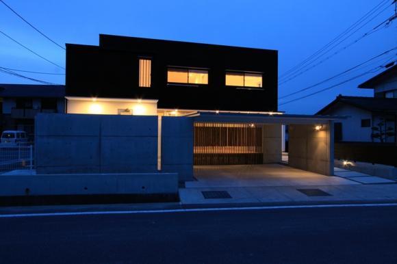 『囲みの家』プライバー・開放性を兼ね備えた住まいの部屋 外観夜景