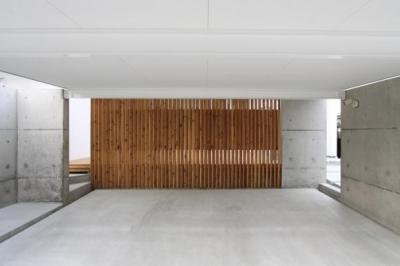 『囲みの家』プライバー・開放性を兼ね備えた住まい (背面が木製格子のガレージ)